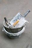 Outils, ciment, réservoirs de nettoyage, plâtre de Gyan, gris concret Photographie stock