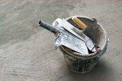Outils, ciment, réservoirs de nettoyage, plâtre de Gyan, gris concret Images libres de droits