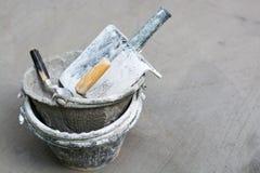 Outils, ciment, réservoirs de nettoyage, plâtre de Gyan, gris concret Photo stock