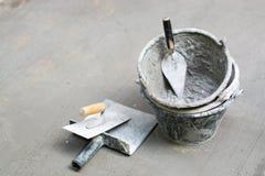 Outils, ciment, réservoirs de nettoyage, plâtre de Gyan, gris concret Image stock