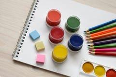 Outils d'école et de bureau pour dessiner sur un fond en bois Photos libres de droits