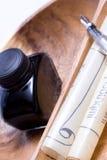 Outils d'écriture sur le plateau en bois photos libres de droits