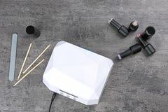 Outils d'émetteur à rayonnement ultraviolet et de manucure Photographie stock