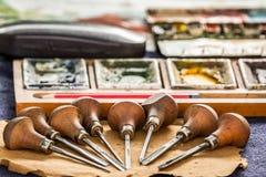 Outils d'artiste sur la surface en bois Image stock