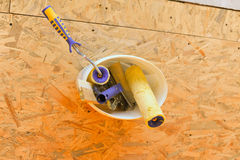 Outils dans le seau sur le plancher Photo stock
