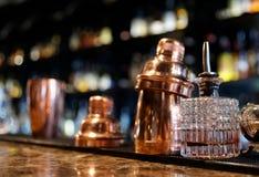 Outils de barman sur le compteur de barre images libres de droits