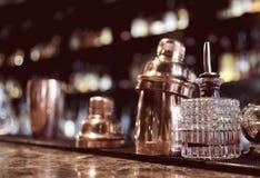 Outils de barman sur le compteur de barre photographie stock