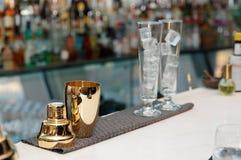 Outils de barman sur le compteur de barre, l'espace de copie Image libre de droits