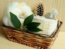 Outils de Bath dans le panier en bois Photo stock