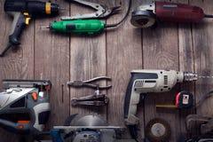 Outils de bricolage électriques sur la table en bois Images libres de droits