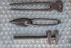 Outils de bricolage de vintage sur la fin en aluminium de plat  Photographie stock libre de droits