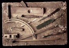 Outils de bricolage en bois sur un vieil ?tabli en bois photo stock