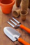 Outils de bricolage et pots de jardin sur des baords en bois photo libre de droits