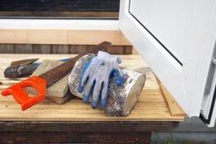 Outils de bricolage sur le porche photo stock
