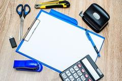 Outils de bureau et feuille de papier sur la table en bois Image libre de droits