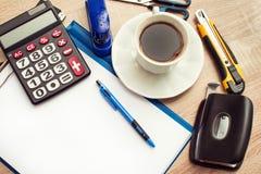 Outils de bureau et tasse de café Photographie stock