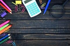 Outils de bureau sur la table images stock
