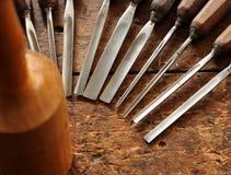 Outils de burin en bois de charpentier sur le vieil établi en bois superficiel par les agents Photos libres de droits