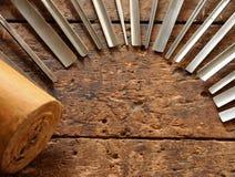 Outils de burin en bois de charpentier sur le vieil établi en bois superficiel par les agents Photographie stock