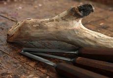 Outils de burin en bois de charpentier sur le vieil établi superficiel par les agents Images stock