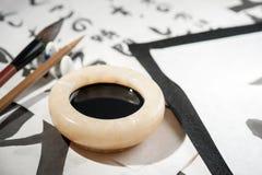 Outils de calligraphie sur la table Images stock