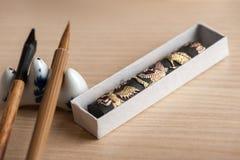 Outils de calligraphie sur la table Photos stock