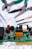 Outils de carte et de précision électronique sur le diagramme de l'électronique, technologie Image libre de droits