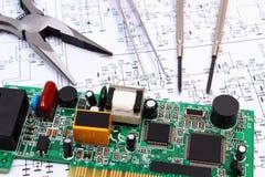 Outils de carte et de précision électronique sur le diagramme de l'électronique, technologie Photographie stock