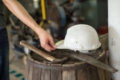 Outils de charpentier à l'espace de fonctionnement Photos stock