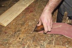 Outils de charpentier avec du bois rasant sur en bois photos stock