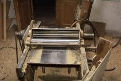 Outils de charpentier avec du bois rasant sur en bois photo libre de droits