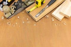 Outils de charpentier avec les planches en bois Photos stock