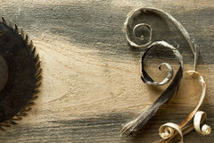 Outils de charpentier sur la table en bois avec la vue supérieure de lieu de travail de charpentier de sciure Photographie stock