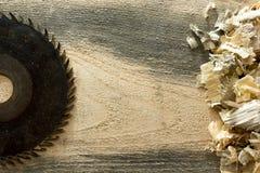 Outils de charpentier sur la table en bois avec la vue supérieure de lieu de travail de charpentier de sciure Images libres de droits