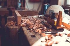 Outils de charpentier sur le fond en bois de table, outils de charpentier dans la table en bois de pin Photos stock
