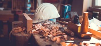 Outils de charpentier sur le fond en bois de table, outils de charpentier dans la table en bois de pin Images libres de droits