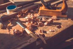Outils de charpentier sur le fond en bois de table, outils de charpentier dans la table en bois de pin Image stock