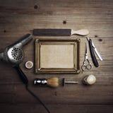 Outils de coiffeur avec la toile de papier d'emballage dans un cadre Photographie stock libre de droits