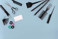 Outils de coiffeur sur le fond bleu avec l'espace de copie, vue supérieure, configuration plate Photo stock