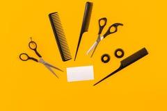 Outils de coiffeur sur le fond jaune avec l'espace de copie, vue supérieure, configuration plate Photo libre de droits
