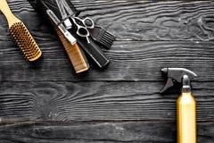 Outils de coiffure sur l'espace en bois gris de vue supérieure de fond pour le texte images libres de droits