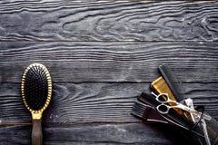 Outils de coiffure sur l'espace en bois gris de vue supérieure de fond pour le texte photographie stock libre de droits