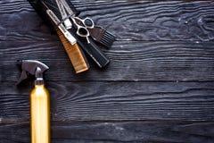 Outils de coiffure sur l'espace en bois gris de vue supérieure de fond pour le texte image stock