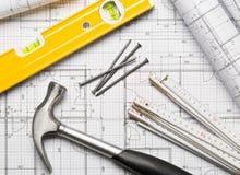 Outils de construction avec le marteau, les clous, la règle de pliage et le niveau sur la configuration plate de plan architectur image stock