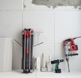 Outils de construction comme foret de marteau électrique de coupeur de tuiles photographie stock