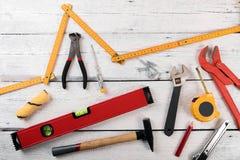 Outils de construction de DIY pour l'amélioration de l'habitat sur le dos en bois blanc Photos libres de droits