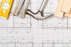 Outils de construction et bandes en bois sur le plan architectural de construction de logements de modèle avec l'espace de copie photos stock