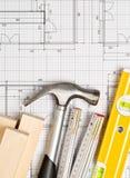 Outils de construction et bandes en bois sur le plan architectural de construction de logements de modèle avec l'espace de copie image libre de droits