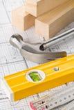 Outils de construction et bandes en bois sur le plan architectural de construction de logements de mod?le images stock