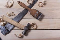 Outils de construction sur la table en bois avec la vue supérieure de lieu de travail de charpentier de menuisier de sciure Copie Photos stock